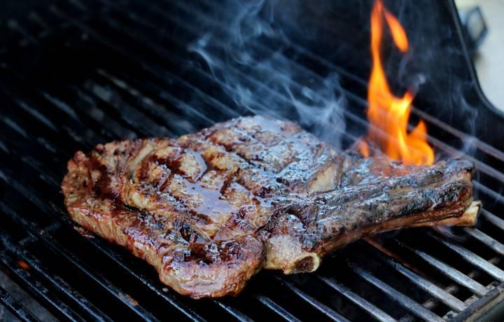 مرحله کاراملی شدن دستور پخت دنده کباب گاو با سس هلوبوربن روی باربیکیو